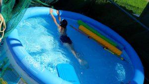 自宅プール開き!INTEX家庭用大型プールのサイズ感。小学生高学年になっても泳いでいます。